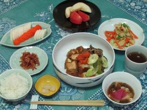 すき焼き風煮・白菜と人参の卵とじ・すまし汁・ぬか漬け